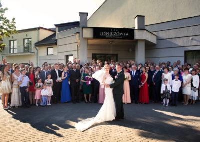 19 zdjecie grupowe na weselu
